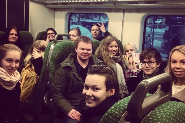 Junassa on tunnelmaa - Järjen toimitus matkalla suureen maailmaan. Kuva: Hanna Kuusisto.