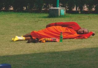 Hyvä on väsyneen munkinkin huilahtaa. Paikkana Peurapuisto, jossa Buddha ensimmäisen kerran opetti oivalluksiaan.