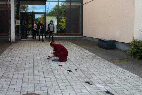 Kuvispajan osanottajat taiteilivat katuliiduilla koulun ympäristöön hienoja kuvioita.